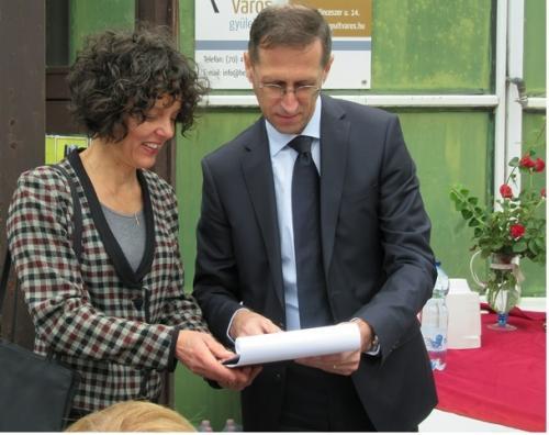 Zaymusné Szanka Judit a támogató szolgálat vezetője és Varga Mihály nemzetgazdasági miniszter