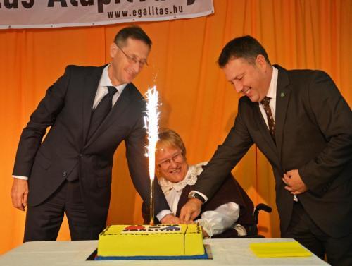 Tortavágás: Alapítványunk elnöke Nász Erzsébet, Varga Mihály nemzetgazdasági miniszterrel és Dr. Láng Zsolt a II. Kerület polgármesterével